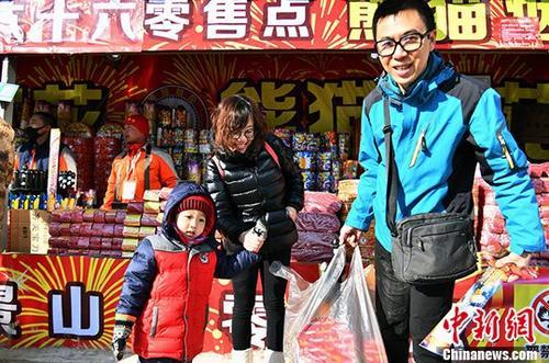 2018年春节期间,北京市共设置烟花爆竹销售网点87个,同比去年下降了82.97%。今年春节烟花爆竹共备货7.5万箱,比2017年备货量的17万箱,下降了55.9%。《新规定》明确了北京五环内禁放,五环外,由各区根据维护公共安全和公共利益的需要,划定禁、限放区域;禁、限放的地点、区域外的其他区域,可以燃放。在限放区域,农历除夕至正月初一的全天,初二至十五每天的早7点到晚12点,可以燃放,其他时间不得燃放。此外,空气重污染橙色和红色预警期间,全市禁售、禁放。自2017年10月份以来,北京市共查处非法烟花爆竹案件183起、收缴非法烟花爆竹1.5575万余箱、依法处理151人。中新社发 李连杰 摄