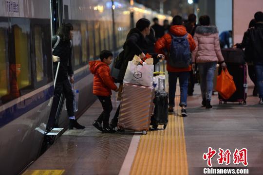 旅客拖着行李走出厦门至福州的一班列车。 王东明 摄