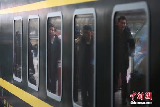 2月13日,大批旅客在南京火车站乘坐火车出行。随着春节的临近,各地交通窗口迎来客流高峰。当日,中国铁路总公司发布的信息显示,截至2月12日,全国铁路累计发送旅客10836.3万人次,同比增加121.8万人次,增长1.1%,铁路春运客流已连续五天保持900万人次以上高位运行。 中新社记者 泱波 摄