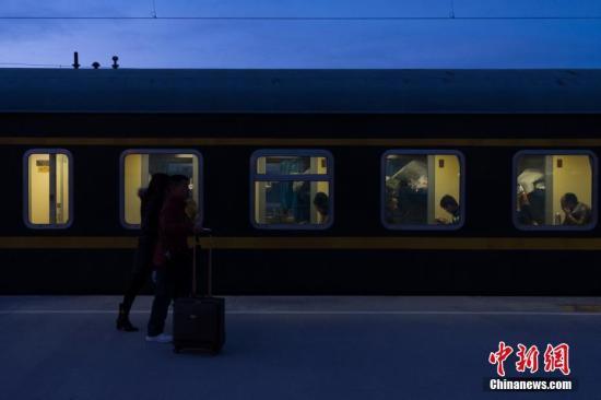 """2月13日清晨,从格尔木站上车返乡的旅客。历经21小时,1956公里的跋山涉水,由铁路拉萨站开往成都的Z324次列车,13日15时19分抵达西宁站,完成雪域""""天路""""――青藏铁路段的行驶,八百余名旅客顺利完成春运""""大迁徙""""。青藏铁路被誉为""""天路"""",起于青海省西宁市,途经格尔木市、昆仑山口,翻越唐古拉山口,最终抵达拉萨。是世界海拔最高、在冻土上路程最长的高原铁路。 <a target='_blank' href='http://www.chinanews.com/'>中新社</a>记者 何蓬磊 摄"""