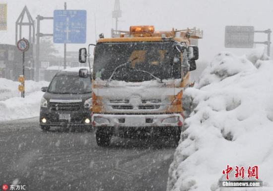 当地时间2月12日,日本福井县遭暴雪袭击,积雪堆积有半人高。图片来源:东方IC 版权作品 请勿转载