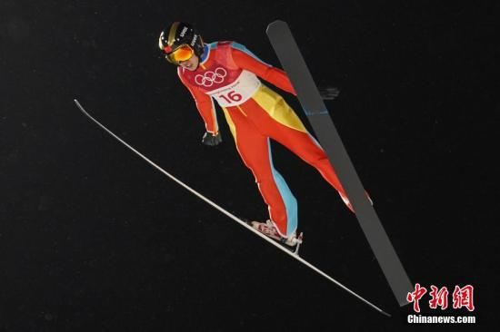 2月12日,在平昌冬奥会跳台滑雪女子标准台比赛中,中国选手常馨月最终列该项比赛第20名。这是中国女子跳台滑雪运动员首次闯入冬奥会并进入决赛。图为常馨月在比赛中。中新社记者 崔楠 摄