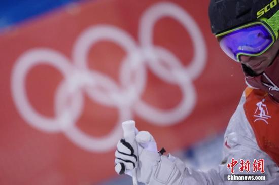 2月12日,2018平昌冬奥会举行男子自由式滑雪雪上技巧资格赛。图为加拿大选手GAGNON Marc-Antoine在比赛中。中新社记者 崔楠 摄