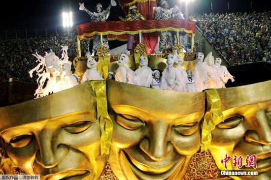 原料图片:巴西里约狂欢节,来自各大桑巴舞校的特级组选手登场,为不益看多们带来一场五彩斑斓粘稠奔放的视觉盛宴。图为来自Unidos da Tijuca桑巴私塾的舞者在花车上外演。