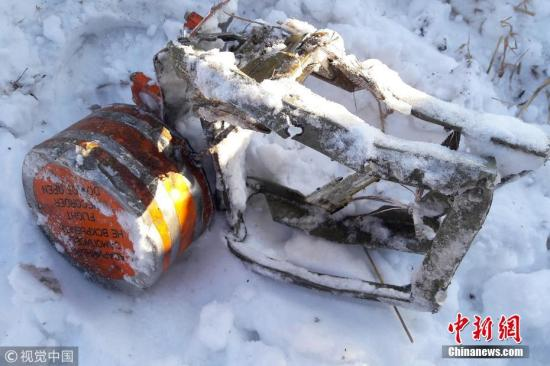 当地时间2月12日,总部设在莫斯科的国家间航空委员会发布消息称,失事的安148客机2个黑匣子均被找到,专家已开始对其进行解读。图为在莫斯科郊区坠机地点找到的安-148客机的飞行记录仪。 图片来源:视觉中国