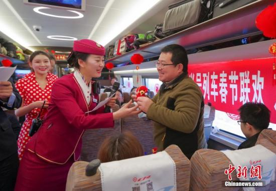 高铁探亲旅游成为节日出行新时尚