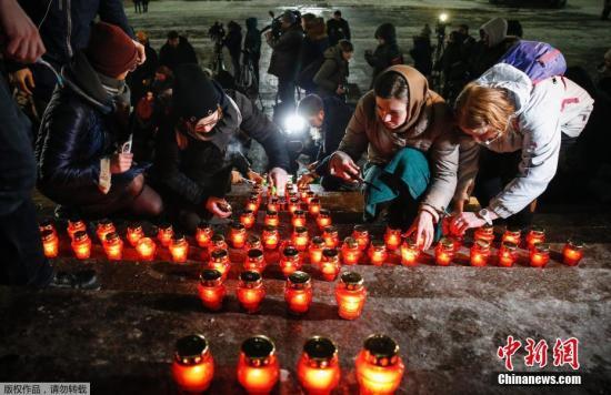 当地时间2018年2月12日,俄罗斯莫斯科,当地民众手持烛光悼念坠机遇难者。当地时间11日,俄罗斯萨拉托夫航空公司一架载有71人的安-148飞机在莫斯科郊外坠毁,机上65名乘客和6名机组人员全部遇难。