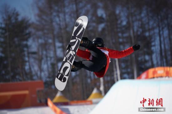 资料图:中国队队员在单板滑雪U型池比赛中。 中新社记者 崔楠 摄