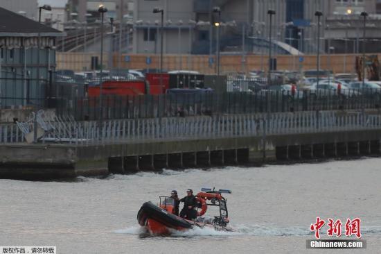 当地时间2月12日,英国伦敦泰晤士河11日发现一枚二战时期遗留的炸弹,伦敦城市机场被迫紧急关闭。据伦敦警方透露,当地时间11日凌晨5点,人们在伦敦东部的乔治五世码头按计划进行施工时发现了这枚炸弹。经专业人员以及英国皇家海军方面共同确认,炸弹具备爆炸性,伦敦城市机场随后在当晚10点关闭。