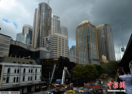 当地时间2月13日,澳大利亚悉尼一处在建工地发生火灾,附近的民众被紧急疏散,火灾原因不明。