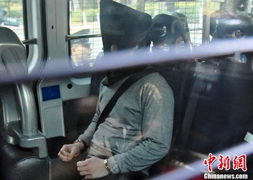 香港大埔公路一辆巴士10日发生侧翻事故,致19人死亡,该名报称任职厨师的30岁司机被控危险驾驶引致他人死亡罪名。案件13日在粉岭裁判法院提堂,控方不排除改控更严重罪名。 <a target='_blank' href='http://www.chinanews.com/'>中新社</a>记者 麦尚�F 摄
