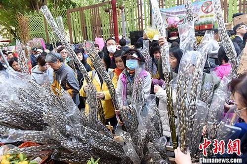 位于香港花墟的鲜花市场,挤满了购花的市民。 <a target='_blank' href='http://www.chinanews.com/'>中新社</a>记者 谭达明 摄