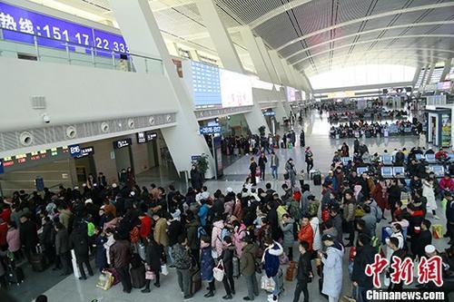 资料图:火车站内等候检票的旅客。 中新社记者 马铭言 摄