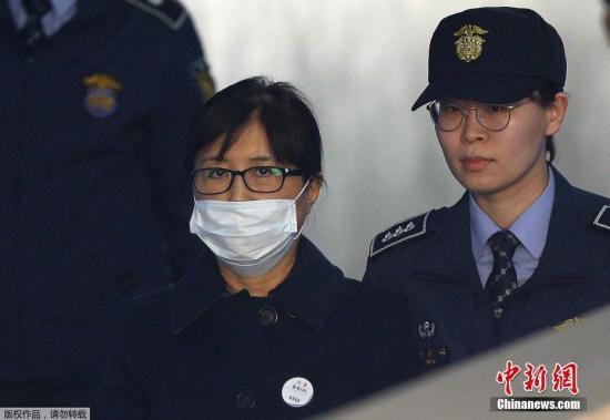 """韩国首尔中央地方法院13日对""""亲信干政""""事件涉案核心人物崔顺实作出一审宣判,判处崔顺实20年监禁,并处以罚款180亿韩元(约合1.05亿元人民币)。"""