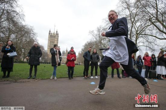 资料图:英国一年一度的端煎饼赛跑比赛。