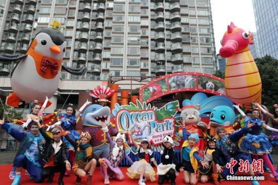 资料图:2018年,香港海洋公园花车亮相,吉祥物威威和一众好友登场,向大家拜年。<a target='_blank' href='http://www.chinanews.com/'>中新社</a>记者 洪少葵 摄