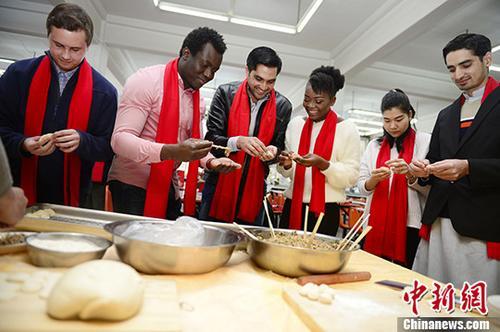 留学生们一起学习包饺子。 <a target='_blank' href='http://www-chinanews-com.stonhost.com/'>中新社</a>记者 刘文华 摄