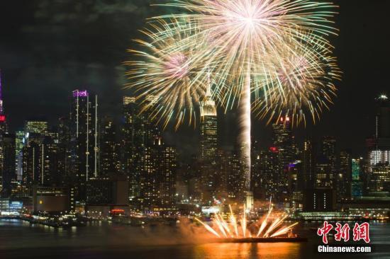 资料图:纽约上空燃放焰火庆祝中国春节。中新社记者 马德林 摄