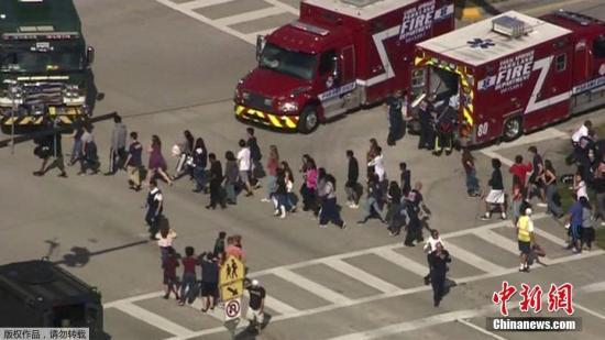 美媒称,持枪警察到达学校时,有人看见学生扔掉书包从大楼里跑出来。其他的学生排队有序地离开这一区域,但是一些学生情绪比较不稳定。