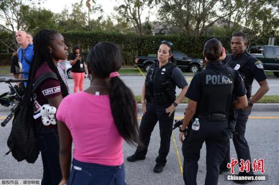 该校17岁的学生马修表示,当听说学校发生枪击时,全班同学都猜到会是克鲁兹。