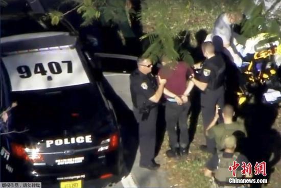 当地时间2月14日,美国佛州校园发生枪击案致数十人死伤,在枪击事件发生2个小时后,枪手被警方逮捕。