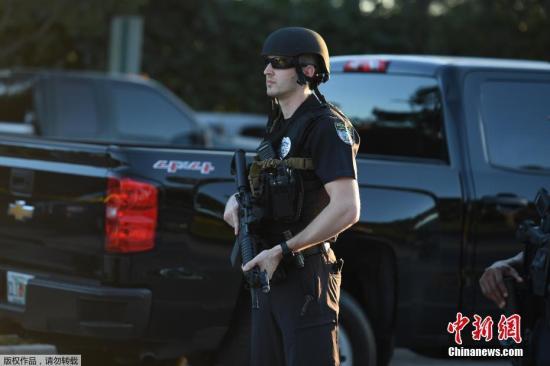 """资料图:当地时间2月14日,美国佛州校园发生枪击案致人员伤亡,据悉,警方认为这一枪击事件是一场""""大规模伤亡事故""""。"""