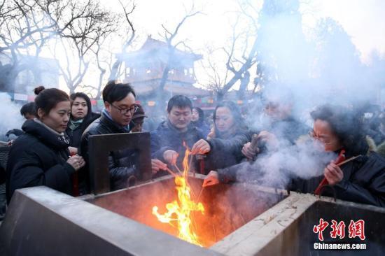 2月16日,民众在烧香祈福。当日,正值农历狗年正月初一,在北京雍和宫,大批市民赶在新年烧头柱香祈福。<a target='_blank' href='http://www.chinanews.com/'>中新社</a>记者 韩海丹 摄