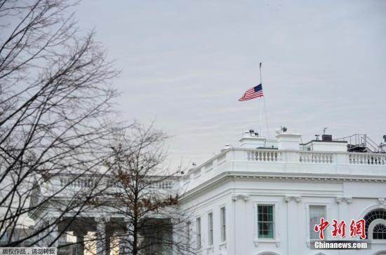 当地时间2月15日,美国各地降半旗,悼念佛州高中枪击案遇难者。2月14日,佛罗里达州帕克劳玛乔丽-斯通曼-道格拉斯高中发生枪击案,造成17人死亡。