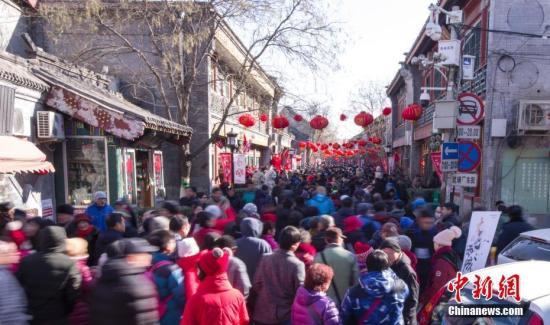 2月16日,大年初一,大批民众来到北京琉璃厂逛厂甸庙会。中新社记者 贾天勇 摄