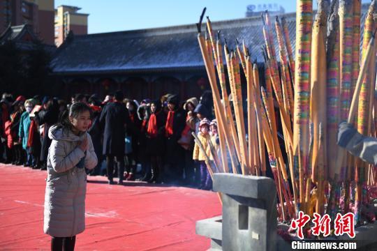 市民早早来到文庙烧香祈福 张瑶 摄