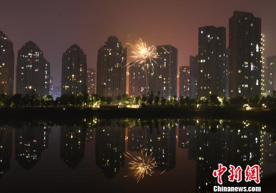 资料图:重庆城区内放烟花爆竹迎新年。 陈超 摄