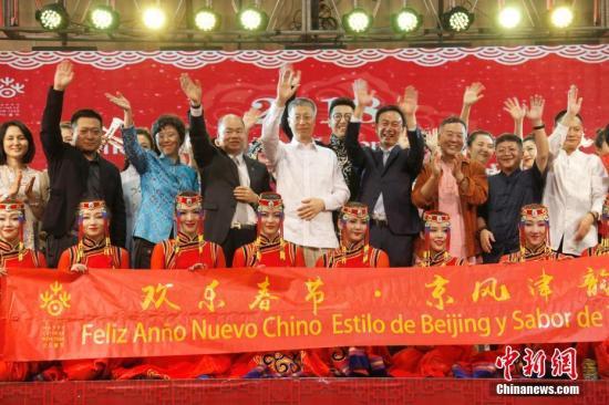 图为中国驻巴拿马大使魏强(第二排中)等在晚会结束时登台祝贺演出成功。这台晚会由中国对外文化交流协会、巴拿马华商总会等共同主办和组织,吸引巴拿马各界人士逾6000人到场观看。 中新社记者 余瑞冬 摄