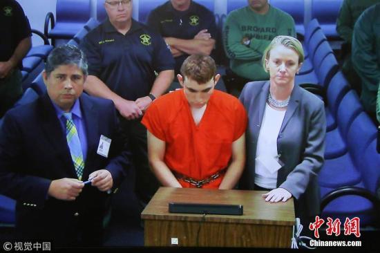当地时间2018年2月15日,美国佛罗里达州劳德代尔堡,美国佛罗里达州校园枪击案嫌犯,19岁的尼古拉斯・克鲁兹(Nicolas Cruz)首次出庭。图片来源:视觉中国