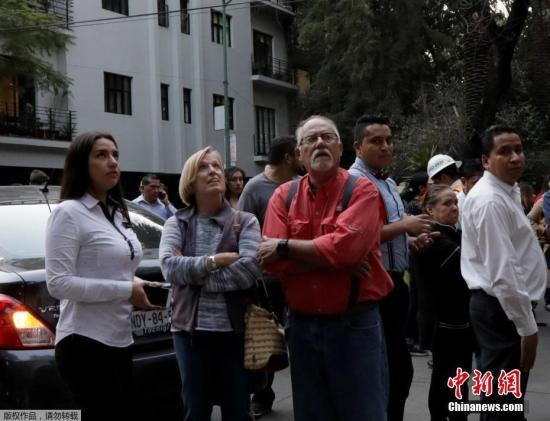 在墨西哥首都墨西哥城,高层建筑摇晃超过1分钟,地震警报响彻整个城市。