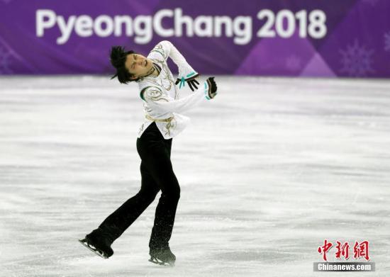 2月17日,在平昌冬奥会花样滑冰男子单人滑比赛中,日本选手羽生结弦夺得冠军。图为羽生结弦在比赛中。 中新社记者 宋吉河 摄