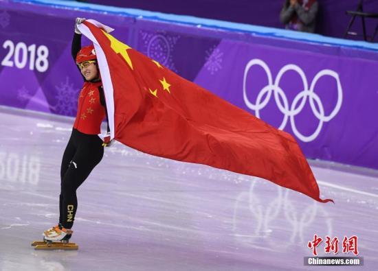 图为李靳宇在赛后身披国旗滑行。&#10;<a target='_blank' href='http://www.chinanews.com/'>中新社</a>记者 崔楠 摄