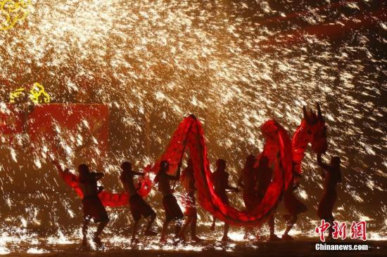 资料图:2018年2月18日,重庆铜梁火龙钢花队在北京欢乐谷表演。<a target='_blank' href='http://www.chinanews.com/'>中新社</a>记者 富田 摄