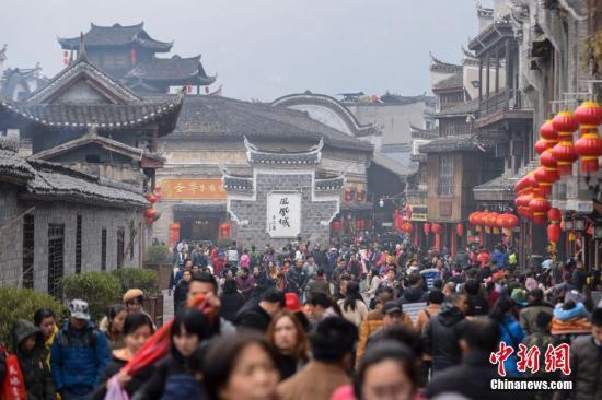 资料图:游客在凤凰古城。 杨华峰 摄