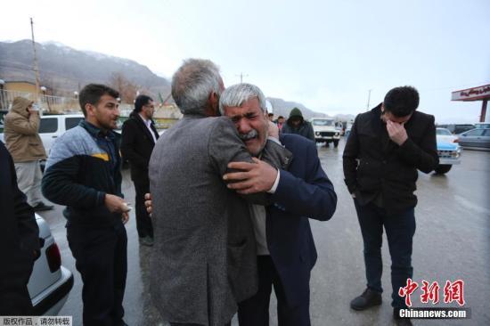 当地时间2018年2月18日,伊朗德黑兰,失事飞机遇难者亲属聚集在梅赫拉巴德国际机场附近的一间清真寺外,焦急等待最新消息。