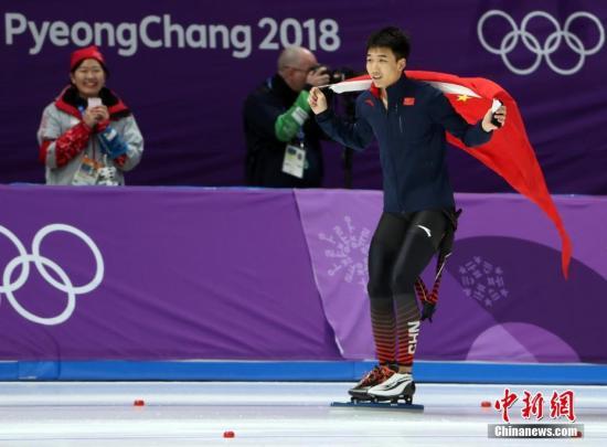 2月19日,在平昌冬奥会速度溜冰男子500米决赛中,初度参与冬奥会的小将高亭宇以34.65得到了一枚名贵的铜牌。这是中国代表团在本届冬奥会上收获的第七枚奖牌,也是中国男选手初度在速度溜冰项目中站上奥运领奖台。20岁的翩翩少年,改写了中国男子速滑的汗青。 /p中新社记圈外人 宋吉河 摄