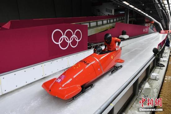 资料图:平昌冬奥会有舵雪橇男子双人座决赛举行。图为中国选手金坚、史昊在比赛中。<a target='_blank' href='http://www-chinanews-com.vgeili.com/'>中新社</a>记者 崔楠 摄