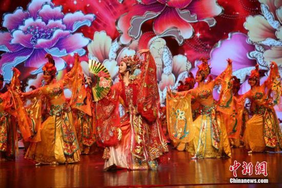 """资料图:2月19日晚,2018年""""文化中国・四海同春""""大型慰侨演出在泰国清迈举行,为当地华侨华人及民众献上一场富有中国特色的新年""""文化大餐""""。图为舞蹈《贵妃醉酒》。 <a target='_blank' href='http://www.chinanews.com/'>中新社</a>记者 王国安 摄"""