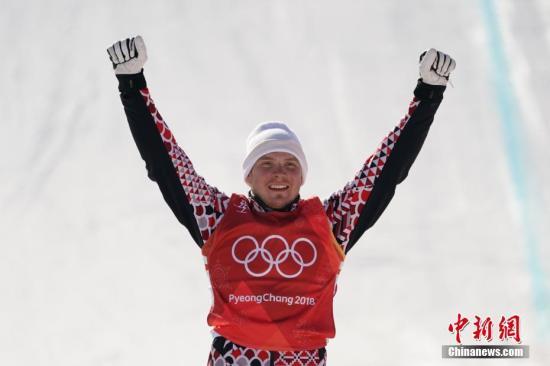 2月21日,平昌冬奥会自由式滑雪男子障碍追逐赛结束争夺,加拿大选手莱曼夺得金牌;瑞士选手比朔夫贝格尔获得银牌;俄奥运选手里齐克拿下铜牌。图为俄奥运选手里齐克登上领奖台。 <a target='_blank' href='http://www.synthninja.com/'>中新社</a>记者 崔楠 摄