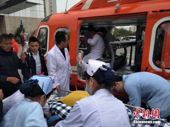 2月21日,在江西省赣州市宁都县人民医院门口,一辆直升机参与救援,将数名重症伤员分别转移至赣州和南昌。 李斌 摄