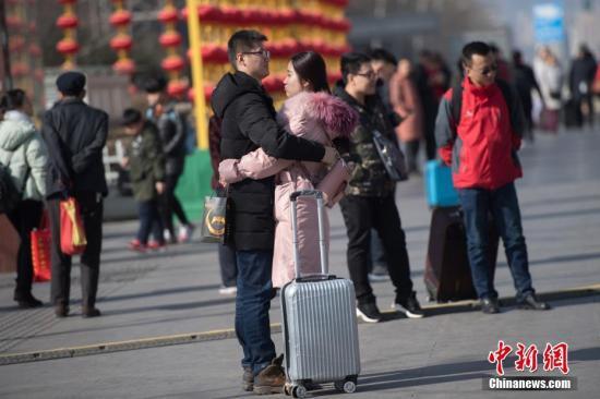 2月21日,农历大年初六,山西太原火车站,大批旅客乘车返程。 韦亮 摄