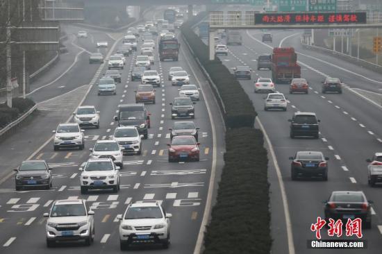 2月21日,大批车辆由北向南(进城方向)缓慢行驶在南京二桥高速公路上,绵延数公里。 <a target='_blank' href='http://www.chinanews.com/'>中新社</a>记者 泱波 摄