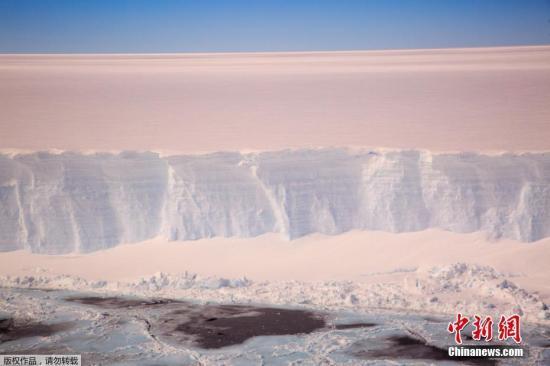 英国南极考察处发布2017年11月22日拍摄的拉森C冰架。