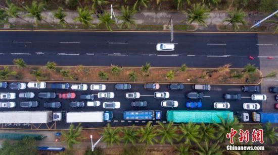 2月22日,航拍海口市滨海大道绵延数公里的滞留车辆等待过海。<a target='_blank' href='http://www.chinanews.com/'>中新社</a>记者 骆云飞 摄