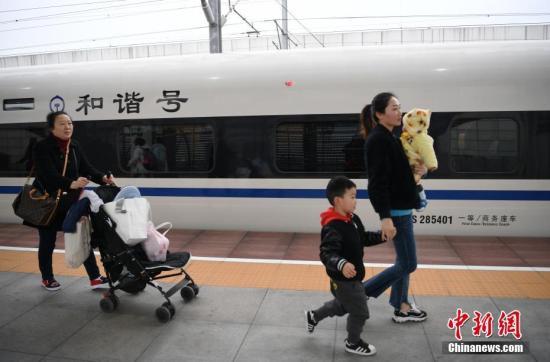 资料图:各地迎来返程客流高峰。 <a target='_blank' href='http://www.chinanews.com/'>中新社</a>记者 刘忠俊 摄