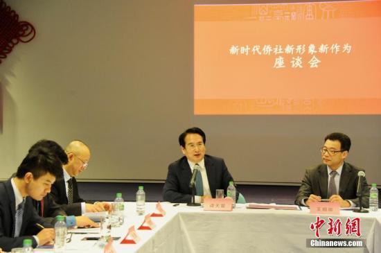 图为谭天星与领区侨界座谈。 <a target='_blank' href='http://www.chinanews.com/'>中新社</a>记者 彭大伟 摄